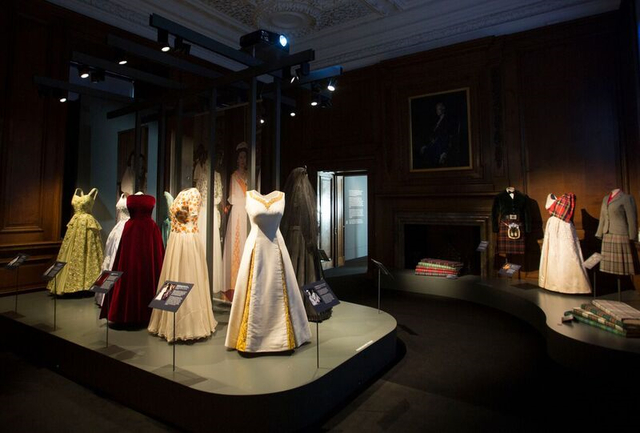 「Fashioning a Reign: 90 Years of Style from The Queen's Wardrobe」展覽,將展出80多套華服。翻攝《WWD》