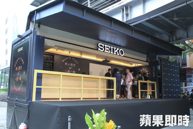 SEIKO男人月盛典推出開放式行動酒吧Moving Lounge Bar。陳賜哿攝