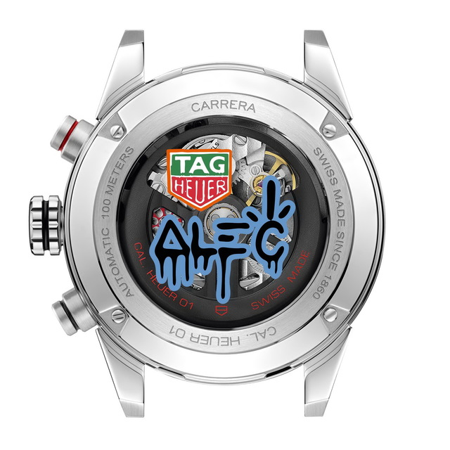 TAG Heuer Carrera Heuer 01 X Alec Monopoly聯名計時腕錶錶背有Alec Monopoly與TAG Heuer彩色盾牌標誌。品牌提供