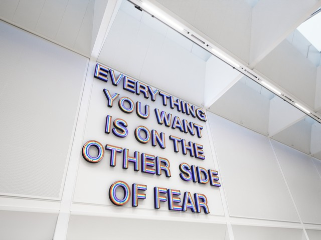 Swarovski Manufaktur牆上掛著斗大的「Everything you want is on the other side of fear」(所有你想要的,都在恐懼的彼岸)標語。品牌提供